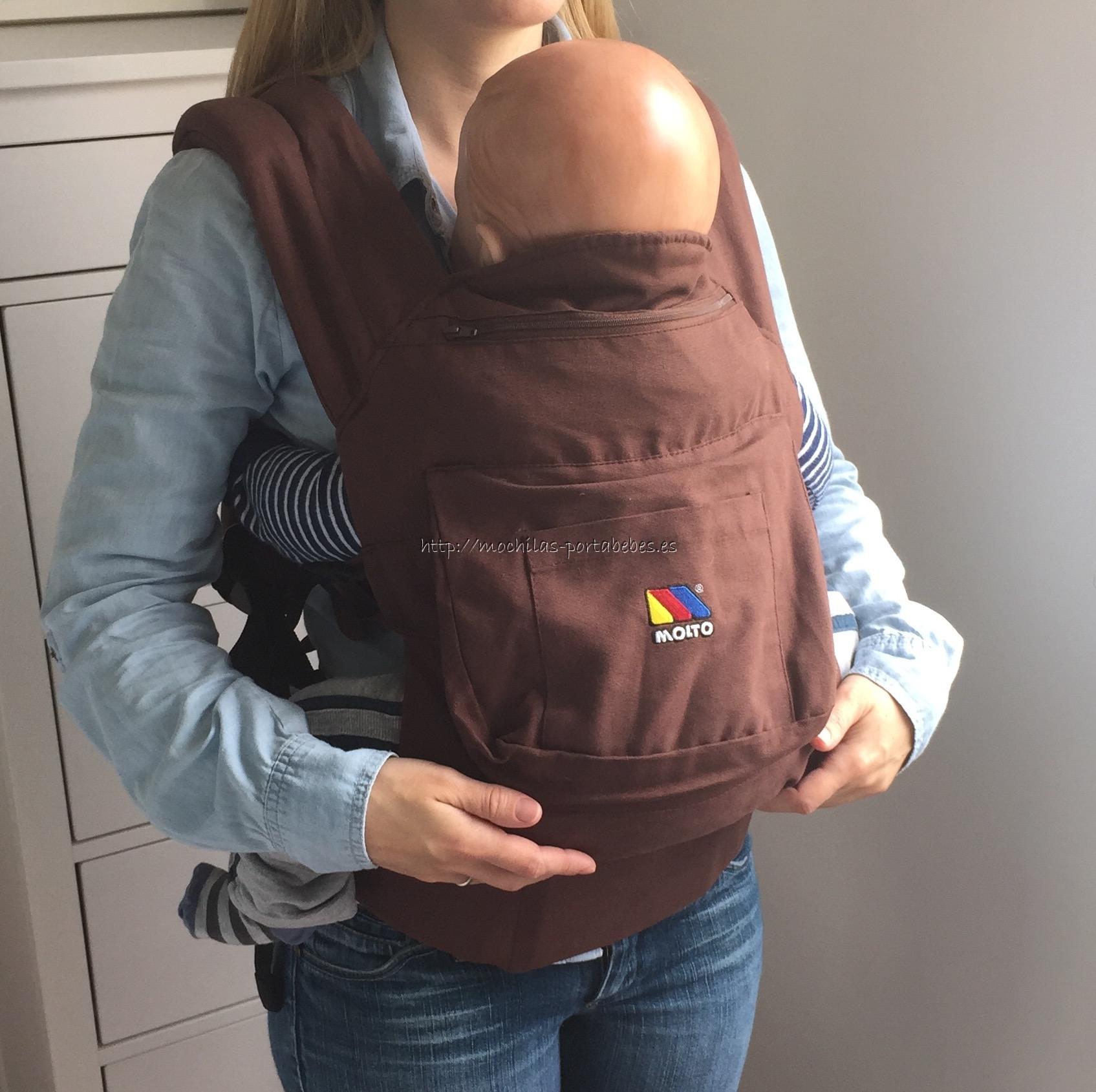 Molto Ergonomic Comfort Carrier llevando al bebé delante