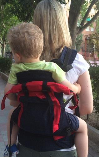 African Baby Carrier con bebé de 2 años con cremallera abierta
