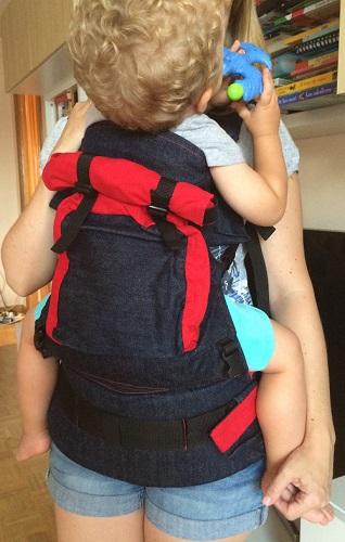 African Baby Carrier con bebé de 2 años con cremallera cerrada