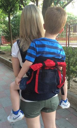 African Baby Carrier con niño de 4 años