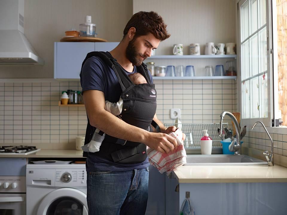 50 cosas que puedes hacer en casa con tu bebé en su mochila ergonómica